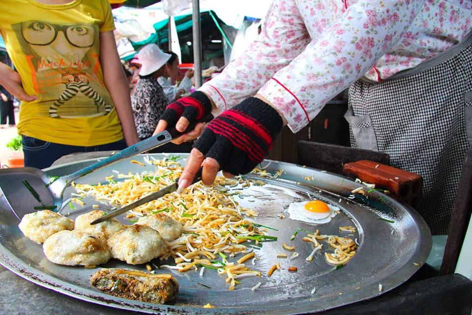 Ngoài những món ăn mới nghe tên đã... hết hồn, bạn có thể thử món lort cha với mì, giá đỗ và hẹ nấu chín cùng thịt bò, thêm quả trứng chiên trên mặt. Hoặc món amok - cà ri cá nước cốt dừa có vị chanh, ớt cũng đủ làm ấm dạ dày của bạn. Ảnh: Visit-angkor.org.