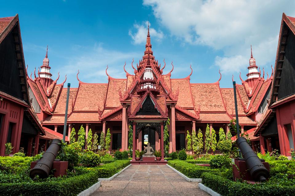 Tìm về quá khứ Campuchia trong các bảo tàng: Campuchia là quốc gia có cội nguồn văn hóa, tinh thần phong phú, sâu sắc cùng một lịch sử phức tạp. Bạn có thể tìm hiểu quá khứ của đất nước này trong các bảo tàng, như Bảo tàng Diệt chủng Tuol Sleng, gắn với ký ức đau thương thời Khmer Đỏ, hay Bảo tàng quốc gia Campuchia tuyệt đẹp cạnh Cung điện Hoàng gia. Ảnh: Lonelyplanet.com.