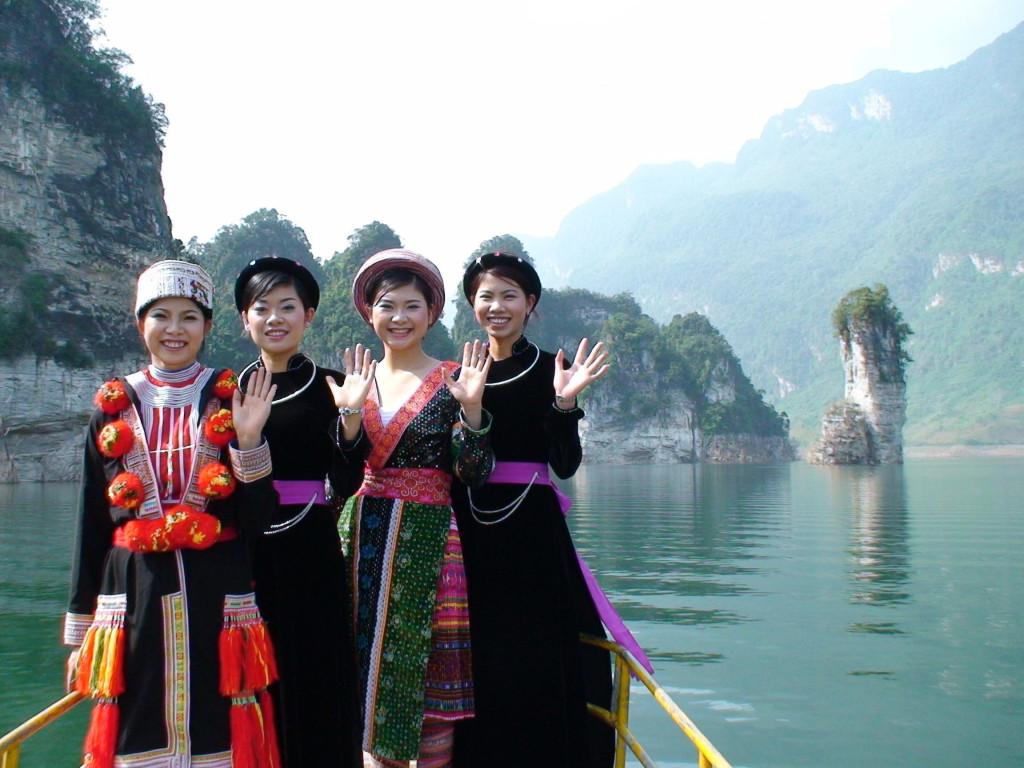 Du lịch lòng hồ thủy điện Na Hang, bạn ngồi trên con thuyền nhỏ, lướt nhẹ trên mặt nước êm ả và thưởng ngoạn cảnh đẹp nên thơ. Bên cạnh đó, bạn gặp gỡ và giao lưu với người dân địa phương, những cô gái miền sơn cước duyên dáng, đằm thắm. Và khám phá khu vực xung quanh với nhiều cảnh đẹp kỳ thú như những ngọn thác nổi tiếng Khuổi Sung, Khuổi Nhi, Pắc Ban… Ảnh: @haiyentq219, @hathanh2211, Nguyễn Quang Thành.