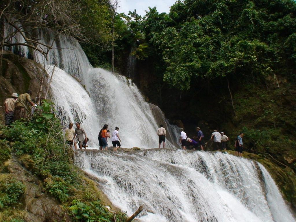 Thác Mơ: Nằm giữa khu bảo tồn thiên nhiên Na Hang, thác Mơ (tên gọi khác Pác Ban) là một thác nước hùng vĩ trông như suối tóc mây trắng mềm mại của thiếu nữ, buông hờ trên mặt hồ phẳng lặng. Trong khung cảnh núi rừng trùng điệp, du khách lên một con xuồng nhỏ để tới thác. Tận hưởng làn nước trong mát ở thác Mơ, bạn sẽ có những giây phút vui chơi, thư giãn lý thú. Ảnh: Youvivu, Du lịch Lâm Bình.