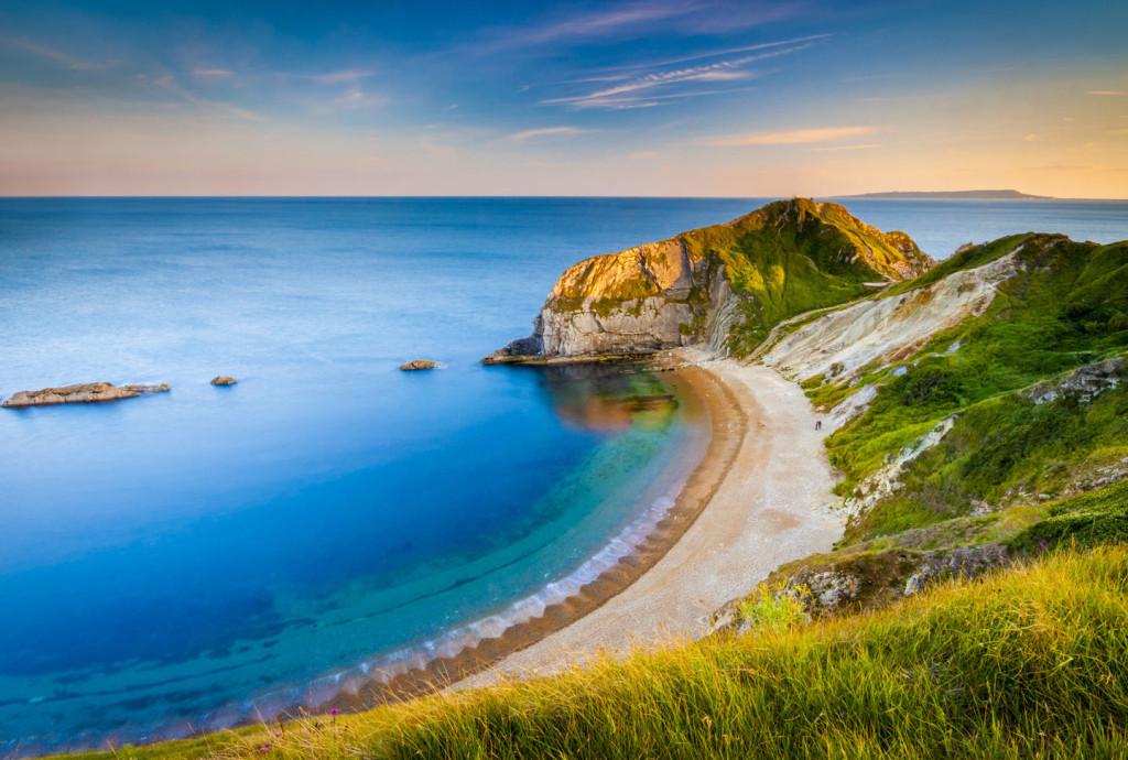 Bờ biển tuyệt đẹp: Những bờ biển ở Anh trải dài từ Northumberland đến Cornwall khiến du khách choáng ngợp bởi vẻ đẹp hoang sơ, hùng vĩ.