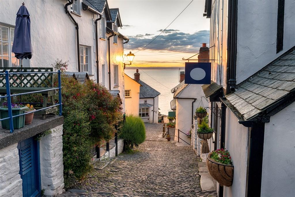 Những ngôi Anh làng hoàn hảo: Nhà tranh bằng đá, đường rải sỏi, mái tranh... ở nước Anh tạo nên những bức tranh vẽ tuyệt đẹp về những ngôi làng.
