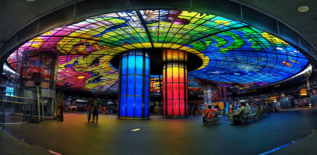 MRT Formosa Boulevard được mệnh danh là một trong những ga tàu điện ngầm đẹp nhất thế giới. Ảnh: Twitter.