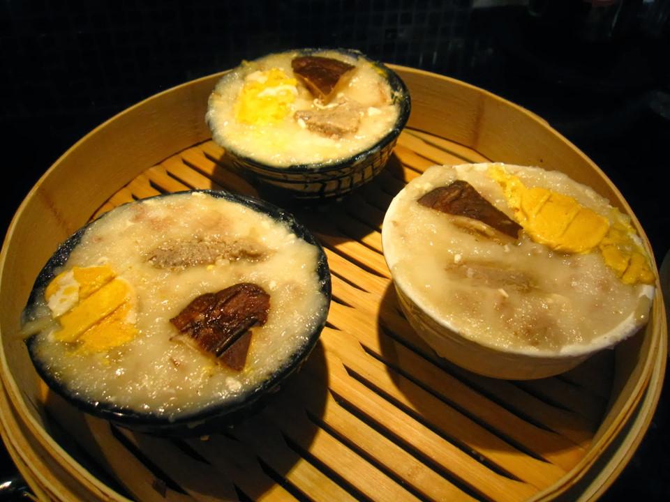 Nguyên liệu làm nhân bánh bát gồm lòng đỏ trứng vịt, nấm hương, thịt lợn và tôm. Trong khi đó, phần pudding được làm từ sữa gạo. Để gia tăng hương vị, người ta dùng nước tương và dầu mè. Do đó, bánh có màu nâu nhạt.