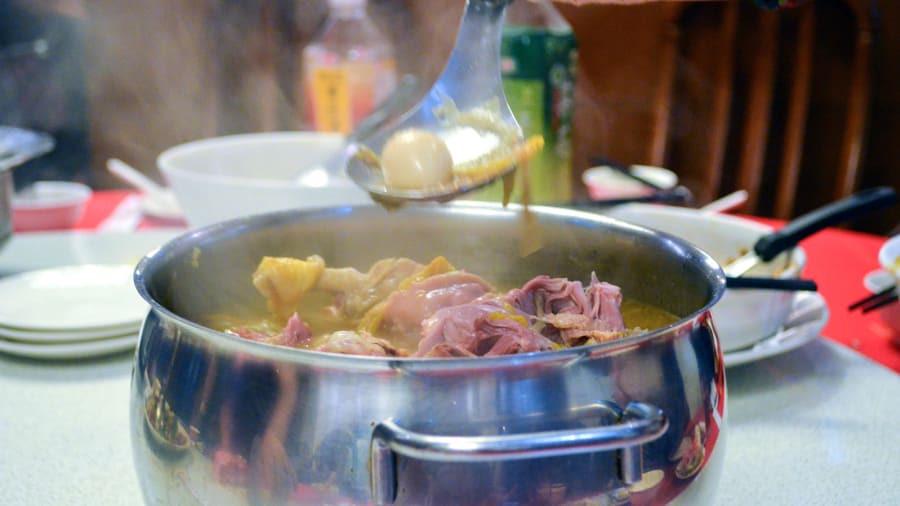 Nhà hàng Ah Mei nổi tiếng với những món ăn cổ điển của địa phương, bao gồm món canh vịt đặc sản. Cải thảo được ninh nhừ trong nồi nước dùng đặc biệt trong khi vịt được tẩm ướp và hầm trong nồi suốt 3 tiếng cùng nhiều nguyên liệu khác.