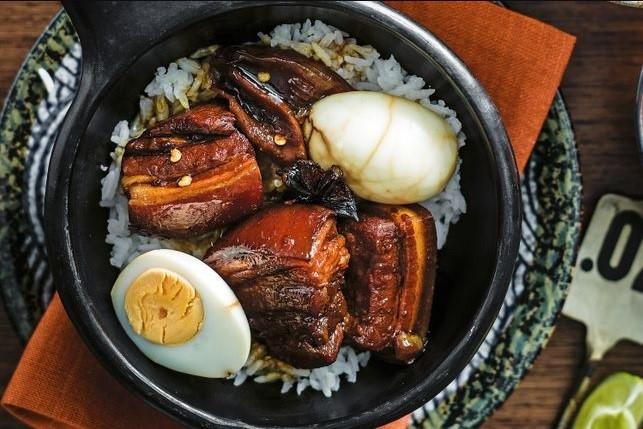 Đến Đài Nam, bạn đừng quên nếm thử món cơm thịt kho tàu ở nhà hàng Fu Tai. Nhiều thực khách cho biết miếng thịt kho tàu ở đây mềm mịn và như tan ra khi bỏ vào trong miệng.