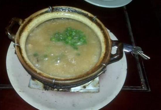 Canh mọ: Canh mọ vốn dĩ là món ăn vào các dịp lễ Tết của dân tộc Khơ mú sống tại Sơn La. Canh mọ được chế biến từ các loại thịt chuột, chim, sóc sấy khô, băm nhỏ trộn với hoa chuối và các loại gia vị. Sau đó, người ta nhồi phần nhân vào ống tre, đổ thêm nước vào đem đốt như đốt cơm lam. Khi đổ ra bát sẽ thấy canh sền sệt, ăn cùng xôi nếp rất ngon. Ảnh: Tuhaoviet, Nongthonviet.