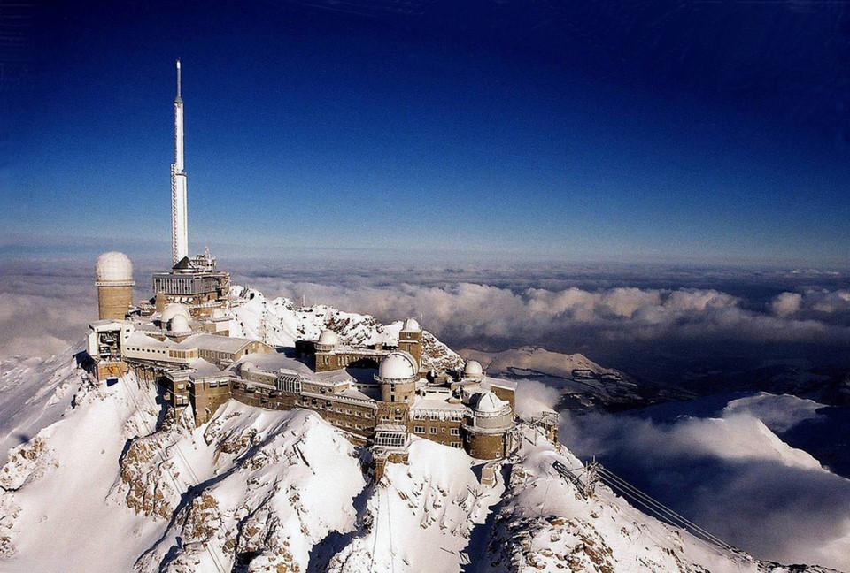 Pic du Midi de Bigorre, Pháp: Qua đêm tại đài quan sát cao nhất Tây Âu trên đỉnh núi Pic du Midi de Bigorre là một trong những kỳ nghỉ hấp dẫn với những người yêu thiên văn. Tại đây, du khách được trải nghiệm cảm giác của các nhà khoa học và thiên văn cũng như ngắm nhìn và nghỉ ngơi dưới bầu trời đêm đầy sao. Ảnh: Survoldefrance.