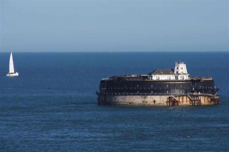 Pháo đài Spitbank, Anh: Nằm bên ngoài bờ biển Portsmouth, các pháo đài quân sự hình tròn, được xây dựng từ thế kỷ 19 nay đã trở thành khách sạn sang trọng với 8 phòng ngủ, trong đó Spitbank là pháo đài nhỏ nhất nhưng hoàn chỉnh với hầm rượu vang, hồ bơi nước nóng, phòng xông hơi khô và hiên tắm nắng. Ảnh: Bob White/Flickr.