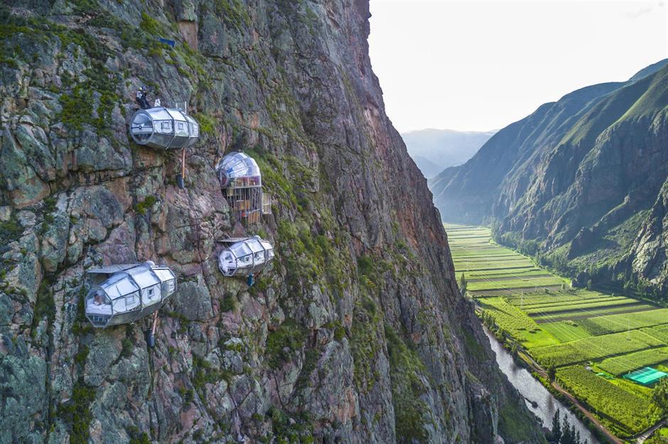 Skylodge Adventure Suites, thung lũng Sacred, Peru: Bám trên sườn núi ở thung lũng Sacred của Cusco, những phòng ngủ con nhộng trong suốt này là thử thách cho những người không ngại mạo hiểm và độ cao. Mỗi phòng ở đây được trang bị giường ngủ, có khu vực ăn uống và cả phòng tắm. Ảnh: Naturavive.