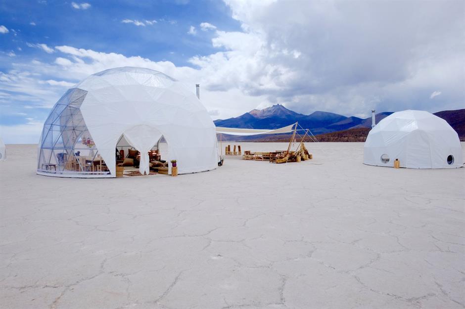 """Salar de Uyuni, Bolivia: Ngủ tại cánh đồng muối lớn nhất thế giới sẽ là một trải nghiệm đầy thú vị và hấp dẫn. Với những phòng nghỉ """"pop-up"""" có mái vòm trong suốt, đến Salar de Uyuni du khách sẽ có một kỳ nghỉ đặc biệt tại một trong những địa điểm có thời tiết cực đoan nhất Nam Mỹ. Ảnh: Stéphane Gautronneau."""