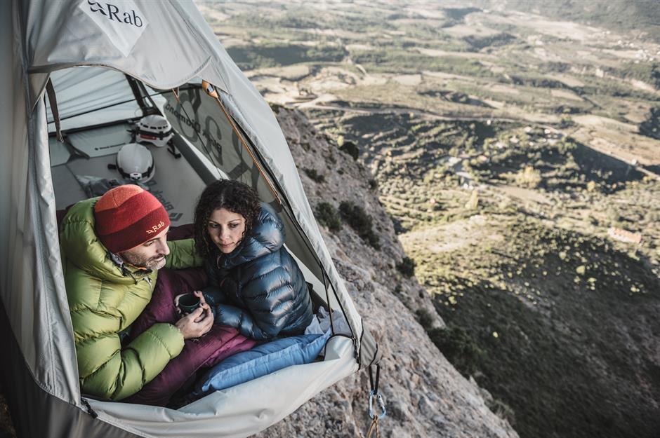 Mallos de Riglos, Tây Ban Nha: Đặt chân đến Pyrenees, du khách được ngắm nhìn vẻ đẹp của vùng nông thôn tây bắc Tây Ban Nha, cũng như ngủ qua đêm trong một chiếc lều lơ lửng treo trên vách đá dốc đứng của Mallos de Riglos, cách mặt đất hơn 100 m. Tại đây, các hướng dẫn viên sẽ giúp du khách leo lên chỗ ở và sẵn sàng hỗ trợ khách hàng bất cứ lúc nào. Ảnh: Muchbetteradventures.