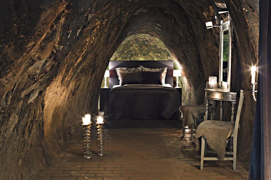 Sala Silvermine, Thụy Điển: Sala Silvermine ở Västmanland, Thụy Điển có phòng ngủ sâu nhất thế giới dành cho 2 người. Tại đây, du khách được tận hưởng một tour du lịch riêng, khám phá các hang động rộng lớn, các phòng trưng bày quanh co và các hồ nước ngầm trước khi nghỉ ngơi trong căn phòng chỉ có ánh nến, ở độ sâu 510 m. Ảnh: Maria Andersson.