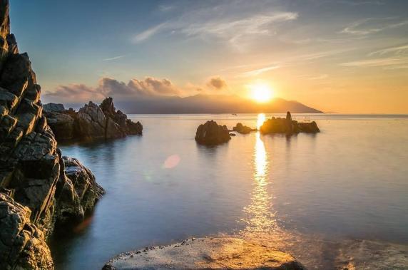 """Đến Nha Trang vào tháng 8 như đến với một vùng đất bình yên cùng những trải nghiệm khiến du khách """"phải lòng"""" từ lần đầu đặt chân tới. Nếu Phú Quốc nổi tiếng với hoàng hôn rực rỡ, thì đặc sản của Nha Trang lại là bình minh đẹp tới nao lòng tại Vĩnh Lương. Khoảng 5h15, phía chân trời đằng đông chợt ửng hồng, rồi mặt trời như một quả cầu lửa, từ từ nhô lên, dát vàng óng ánh trên mặt biển."""