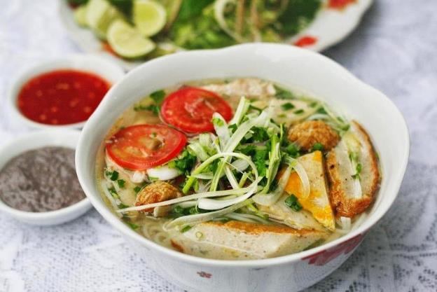 Đến Nha Trang, du khách không thể bỏ qua các món ăn đặc sản. Trong đó, Tháp Bà là một con đường nhỏ nằm ở trung tâm thành phố Nha Trang, nơi được nhiều bạn trẻ cho cái tên thiên đường ăn uống. Nhiều loại đồ ăn được quy tụ về đây như tôm hùm, cua, ghẹ… hay bánh xèo, bánh cuốn.