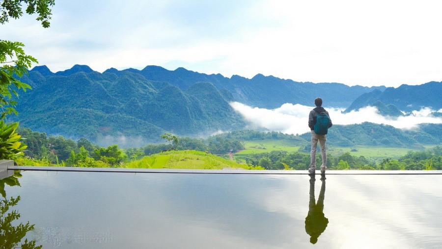 Ở thiên đường giữa đại ngàn Pù Luông dễ dàng bắt gặp hình ảnh làn mây và sương khói bay là tà dưới thung lũng rồi từ từ bốc lên cao, cùng sự phản chiếu của bể bơi vô cực khiến mọi thứ trở nên mờ ảo hơn.