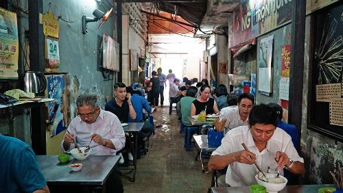 Con ngách nhỏ thiếu ánh sáng nối giữa phố đi bộ Nguyễn Huệ và đường Đồng Khởi (quận 1) cứ đến giờ cơm trưa là trở nên nhộn nhịp. Ảnh: Di Vỹ.
