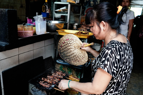 Thịt được nướng liên tục trên bếp nên khi ăn cảm thấy ngon hơn. Ảnh: Di Vỹ.