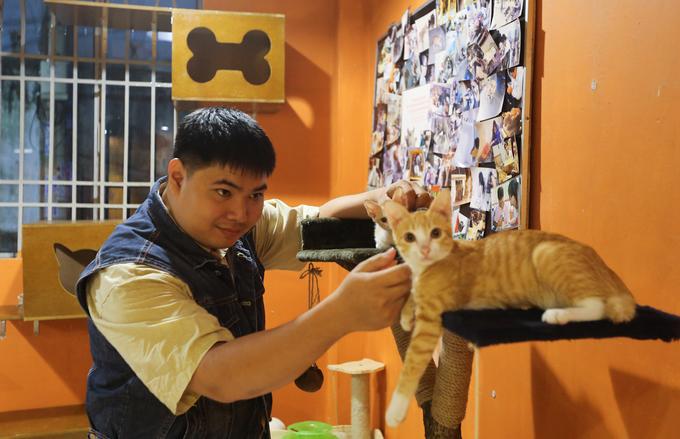Theo bạn Đoàn Nhật Minh (26 tuổi, chủ quán), mục đích mở quán ban đầu là để có chỗ nuôi dưỡng những con mèo hoang do cộng đồng yêu động vật mang về, dần thành mô hình cà phê mèo như nhiều quán khác ở Sài Gòn.