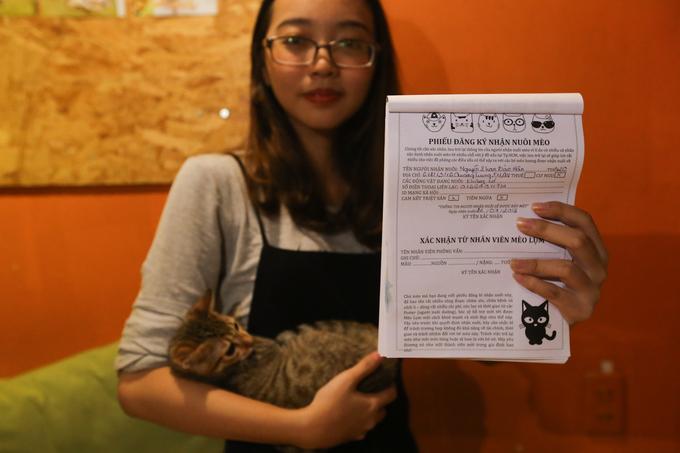"""Khách nhận nuôi mèo sẽ viết đầy đủ thông tin như chứng minh nhân dân, địa chỉ, số điện thoại... vào phiếu đăng ký và cam kết triệt sản hoặc chích ngừa. """"Quán phải lưu lại thông tin để tránh trường hợp người nhận có ý đồ xấu như bán lại hay làm thịt chúng. Mỗi ngày cũng có trung bình khoảng chục người đến nhận mèo về nuôi. Mình tin họ là những người chủ tốt, có nhu cầu nuôi mèo thực sự"""", chủ quán nói."""