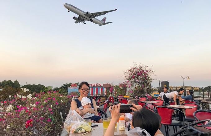 Khoảng vài năm gần đây, những tòa nhà có sân thượng cao trên đường Quang Trung (quận Gò Vấp, TP HCM) là điểm lý tưởng để kinh doanh dịch vụ cà phê ngắm máy bay.