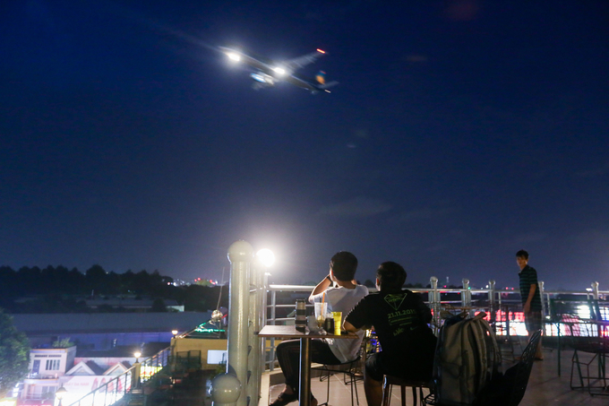 Nhiều quán cà phê trên đường Cộng Hòa, Phan Huy Ích, Hoàng Hoa Thám cũng mở dịch vụ này. Tuy nhiên, để cảm nhận được máy bay sát ngay trên đầu thì những quán trên đường Quang Trung thuận tiện hơn.