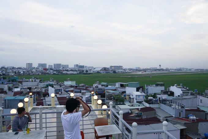 Khu vực này nằm sát sân bay Tân Sơn Nhất, chỉ cần đứng từ tầng 4 có thể nhìn thấy gần hết đường băng nên thích hợp cho khách ngắm máy bay cất, hạ cánh mỗi ngày.
