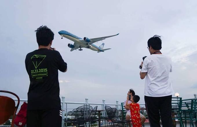 Các chủ quán cho biết, việc mở quán cà phê ngắm máy bay không cần phải thiết kế quá cầu kỳ, chỉ cần không gian thoáng, có sân thượng rộng, ban công mát mẻ. Người ưa thích dịch vụ cà phê này là những bạn có đam mê chụp ảnh máy bay. Họ có thể ngồi hàng giờ để chụp phi cơ trên bầu trời.