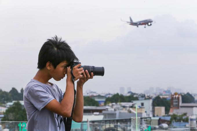 """""""Trung bình mỗi tuần, tôi phải ra đây ba lần chụp ảnh máy bay. Cảm giác con 'chim sắt' kêu vù vù ngay sát rất thú vị. Do sân thượng không có mái che nên đa phần khách hay đi vào giờ chiều muộn vì lúc này trời mát"""", bạn Thanh An (18 tuổi, quận Tân Bình) chia sẻ."""