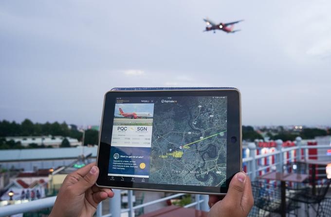 """Để việc ngắm, chụp ảnh máy bay thuận tiện hơn, nhiều khách đến quán sử dụng ứng dụng xem lộ trình bay. """"Mỗi chuyến cất hạ cánh, hành trình, loại máy bay và bản đồ hướng bay đều được cập nhật. Nhờ vậy, chúng tôi dễ dàng theo dõi, kịp chuẩn bị máy móc, góc chụp"""", anh Hùng giải thích."""