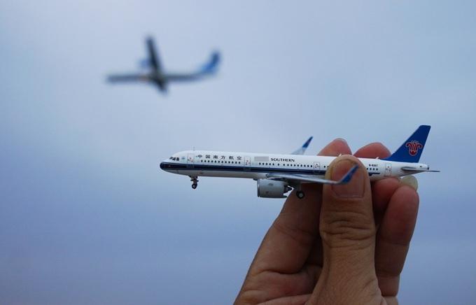Nhiều bạn đam mê máy bay còn mang theo cả mô hình từng loại để chụp ảnh, so sánh...