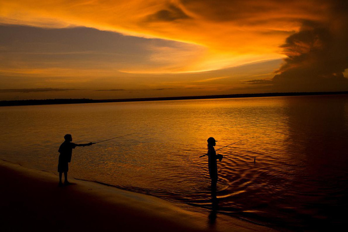 Các trẻ em câu cá ở vùng bờ biển đảo Melville - Ảnh: DAVID MAURICE SMITH, OCULI/NG
