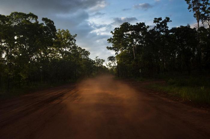 Quang cảnh đường đất đầy bụi sau khi xe du lịch chạy qua trên đảo Melville - Ảnh: DAVID MAURICE SMITH, OCULI/NG