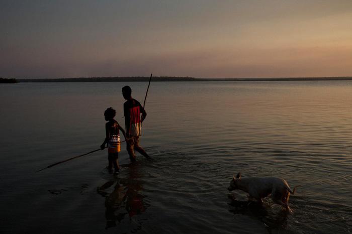 Trẻ em Tiwi dùng cây giáo đi săn cá - Ảnh: DAVID MAURICE SMITH, OCULI/NG