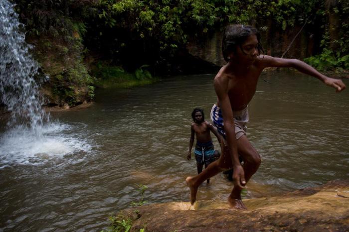 Hai thanh niên tắm trong hồ nước - Ảnh: DAVID MAURICE SMITH, OCULI/NG