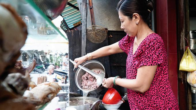 Là món du nhập từ nơi khác, phở chua không còn quá xa lạ với nhiều người dân miền Nam. Tuy nhiên, để tìm một quán ăn đúng vị ở Sài Gòn không phải là điều đơn giản.  Gọi là phở nhưng món có cách ăn và chế biến không giống như phở truyền thống. Thay vì chan bánh phở với nước lèo, điểm nhấn của phở chua chính là nước sốt chua ngọt màu nâu, sánh quyện được làm theo công thức gia truyền. Nước súp được nấu để ăn kèm bên ngoài với phở.
