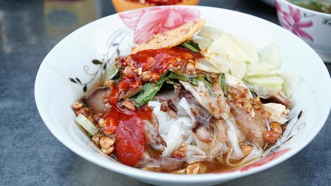 Bánh phở chua Lạng Sơn có sợi nhỏ, mỏng và trắng ngần. Lượng bánh được cho vào vừa đủ ăn no. Mỗi suất ăn đầy đủ có giá 45.000 đồng.
