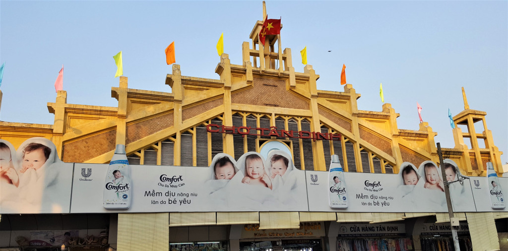 """Chợ Tân Định: Nằm trên đường Hai Bà Trưng sầm uất, chợ có từ năm 1926. Xưa, đây từng được xem là """"chợ nhà giàu"""" của người Sài Gòn, bày bán nhiều mặt hàng chất lượng. Hiện nay, chợ Tân Định thu hút nhiều người đến tham quan, mua sắm. Ảnh: Nomutake Keimomo, Kazuo Terajima."""