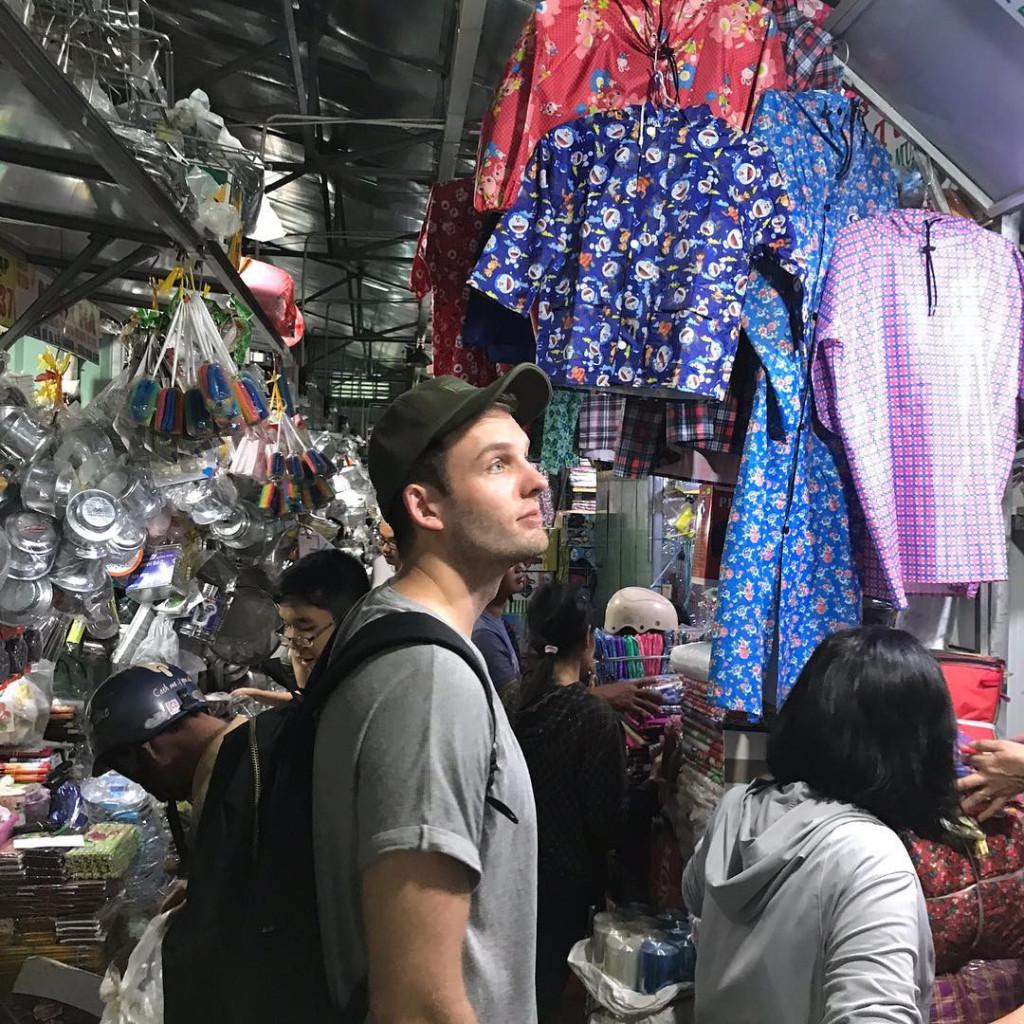 """Cuối tuần rong chơi chợ Bình Tây, bạn đã có ngay một bộ ảnh cực chất theo phong cách đường phố để """"lên sóng"""" Facebook và Instagram. Ảnh: @nhutrannguyennnn, @ thevivbot, @mitukate, @artindaniel ."""