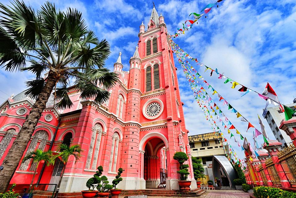 Đối diện chợ Tân Định không xa là nhà thờ Tân Định. Đây là công trình kiến trúc mang phong cách Gothic kết hợp Roman, pha chút Baroque ở đường nét trang trí. Song, màu sắc mới chính là nét độc đáo nhất của nhà thờ này. Ảnh: Leo Chang.