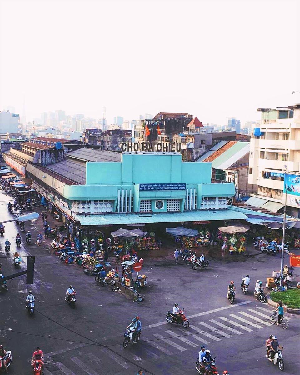 Chợ Bà Chiểu: Đây là khu chợ bình dân ở trung tâm quận Bình Thạnh. Hàng ngày, chợ Bà Chiểu luôn tấp nập người lui tới, không chỉ riêng dịp cuối tuần. Chợ nằm ngay góc ngã ba đường Bạch Đằng - Phan Đăng Lưu - Lê Quang Định, có tuổi đời hơn 7 thập kỷ. Ảnh: @tnhi.huynh.