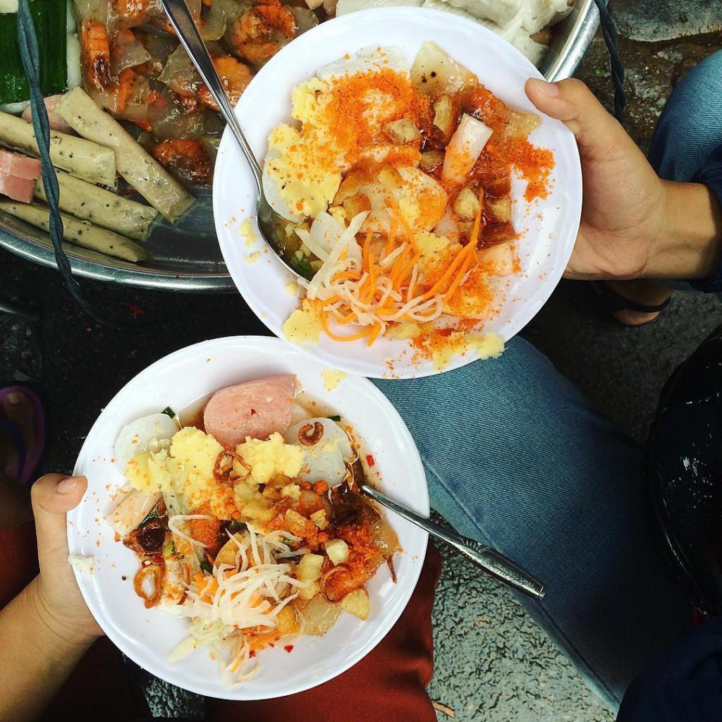 Dạo quanh chợ Bà Chiểu, bạn có thể thưởng thức nhiều món ăn như các loại bánh miền Tây trên những gánh hàng rong. Ảnh: @huynh_dang, @emilyngo196, @doanhanh48, @gienanuong.