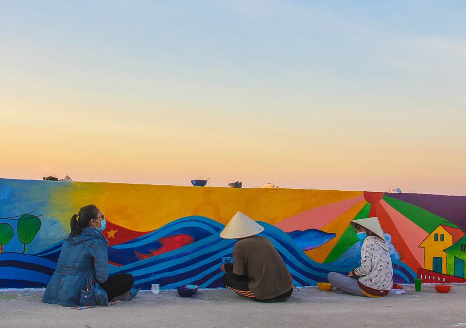 Những ngày đầu tháng bảy đổ lửa, khi tới tham quan đảo Lý Sơn (Quảng Ngãi), du khách có thể chiêm ngưỡng những bức tranh tường sống động đầy màu sắc trên con đường mới ngang biển, dẫn từ cảng chính đến cổng Tò Vò.