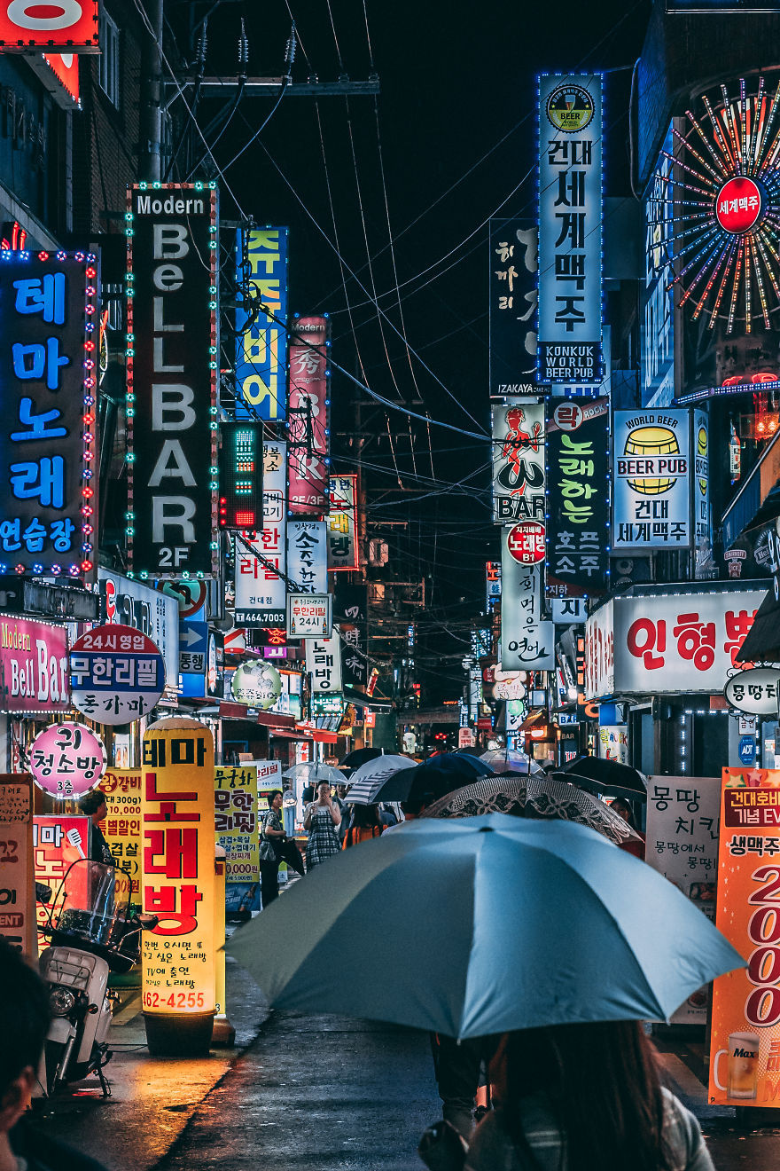 Một con phố trong khu trung tâm Seoul rực rỡ sắc màu của những biển hiệu mời gọi du khách. Seoul là một thành phố phát triển, cởi mở và đa văn hóa, nơi bạn có thể tìm thấy những quán ăn Nhật Bản, những người bán hàng nói tiếng Trung Quốc trôi chảy hay thậm chí là một nhà hàng ăn Việt Nam.