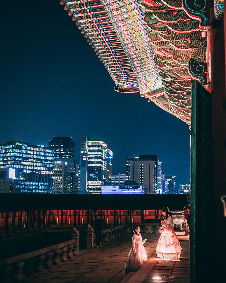 Hoàng cung Gyeongbokgung nằm trong số 5 cung chính còn lại ở Seoul. Những công trình này còn lại gần như nguyên vẹn và được bảo tồn cẩn trọng. Hàng ngày, Gyeongbokgung đón lượng khách du lịch rất lớn. Ban quản lý còn tổ chức một số hoạt động như diễn lại các nghi lễ thời phong kiến hay cho thuê trang phục truyền thống để thu hút khách du lịch.