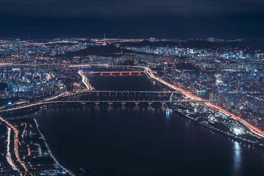 Seoul nhìn từ trên cao. Cũng giống như các thành phố lớn ở châu Á, Seoul cũng sở hữu nhiều cây cầu hiện đại bắc qua sông, nhịp độ phát triển dọc hai bên bờ sông phản ánh phần nào sự thay đổi của thành phố qua nhiều thập kỷ.