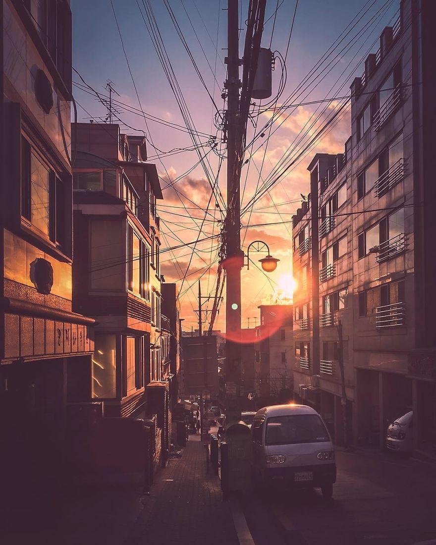 Ánh hoàng hôn thanh bình trong một khu dân cư bình dân ở Seoul.