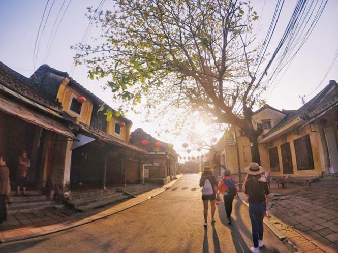 thuong-hoi-an-dung-den-va-di-voi-vang-ivivu-2