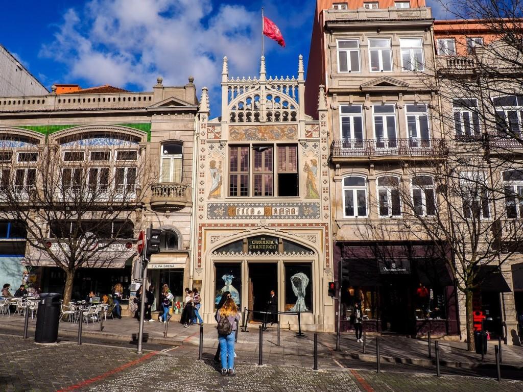 Tiệm sách Livraria Lello hay thường được gọi là Lello nằm lọt thỏm trên con phố nghiêng thoai thoải ở Porto, Bồ Đào Nha là điểm du lịch nổi tiếng. Đây là hiệu sách lâu đời thứ 2 ở đất nước này, luôn nằm trong top những hiệu sách đẹp nhất trên thế giới do Lonely Planet và The Guardian bình chọn.  Căn nhà gồm hai tầng, bên ngoài có kiến trúc kiến trúc tân Gotic xen lẫn tân nghệ thuật (Art Nouveau), nổi bật giữa dãy nhà màu xi măng đơn điệu.