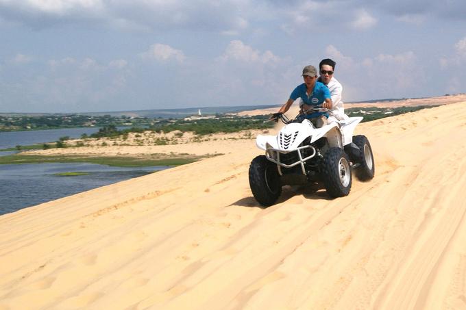 Du khách đến đây không nên bỏ qua việc lái những chiếc xe phi tốc độ qua những đồi cát nhấp nhô ấy.